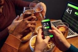 apuestas-en-linea-personas-bebiendo-cerveza-y-apostando
