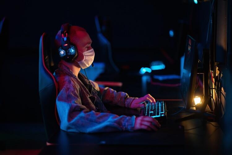 Apuestas online gamer-jugando-en-pandemia-campeonato-de-esports-en-epoca-de-pandemia-cubrebocas