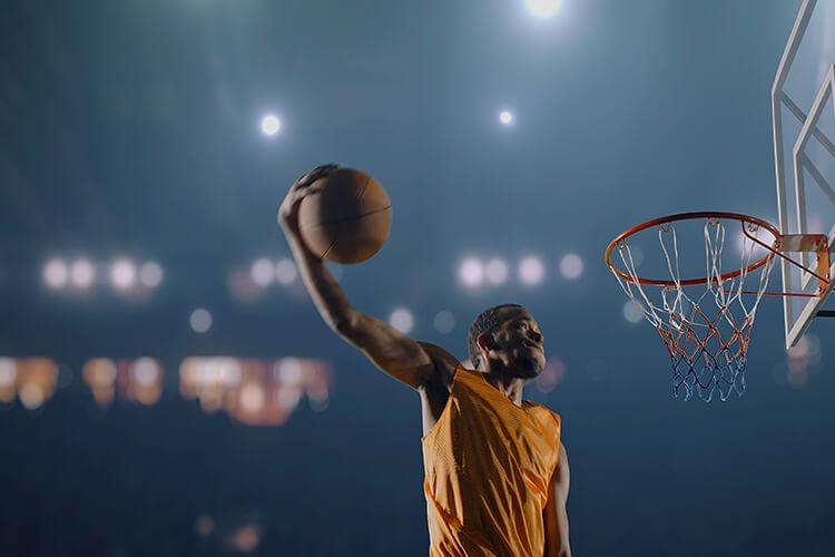 jugador-de-baloncesto-pelota-de-basquet-jugador-hundiendo-la-pelota-en-el-aro-tablero-de-basquet
