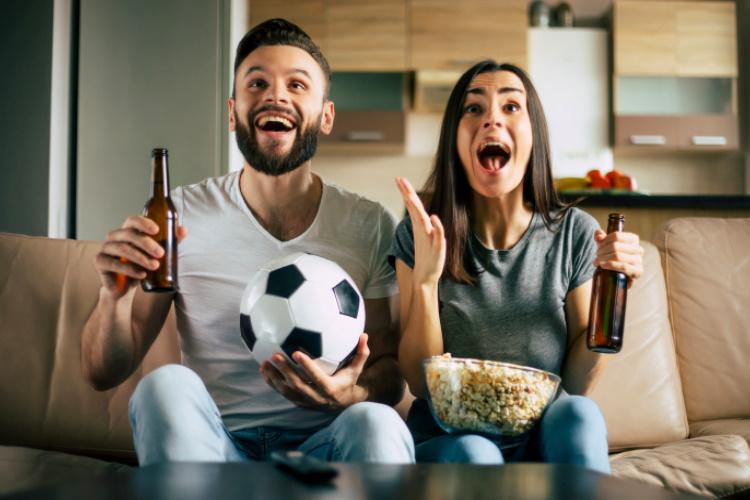 pareja festejando un gol_ambos
